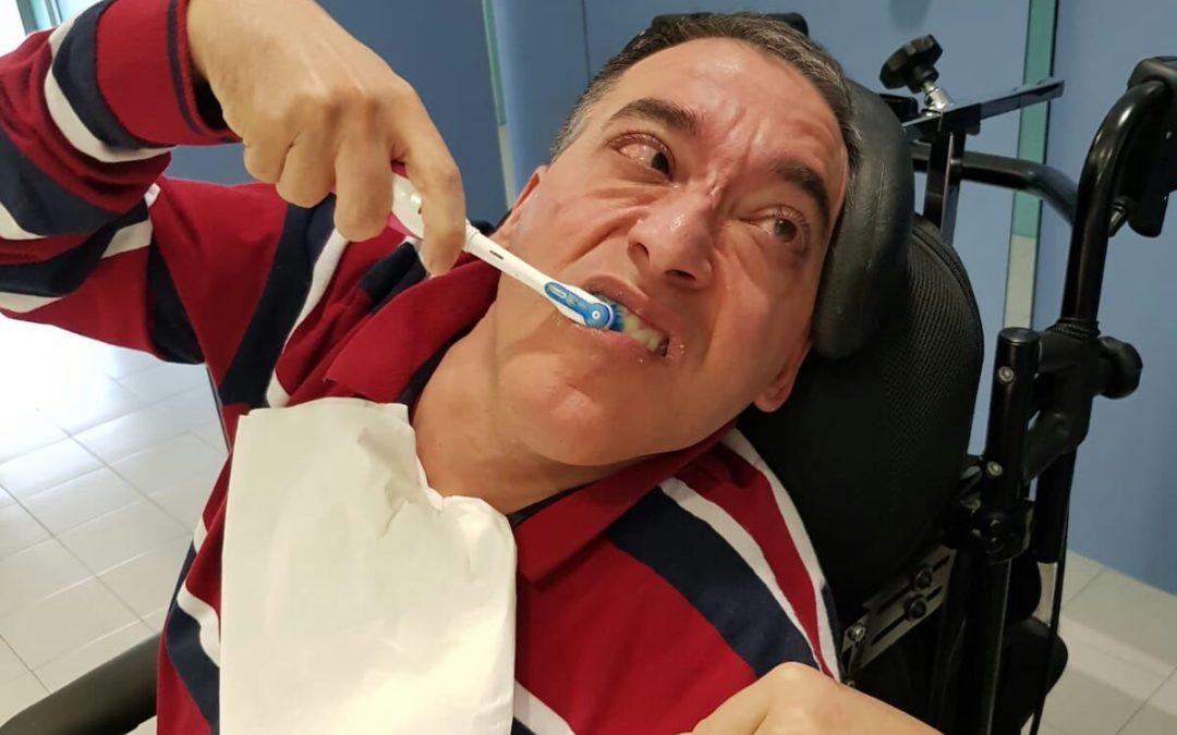 Hábitos saludables de limpieza de dientes, encías y boca